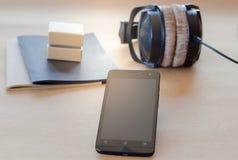 Ask för mobil anteckningsbok för Headphone liten royaltyfria bilder