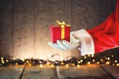 Ask för Santa Claus hållande julgåva Arkivbild