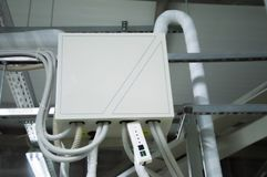 Ask för stängd kontroll för DX-spolen av luft som behandlar enheten i det industriella ventilationsrummet Royaltyfri Foto