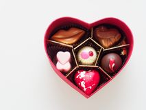 Ask för valentinchokladgåva i hjärtaform som isoleras över vit bakgrund Royaltyfri Foto