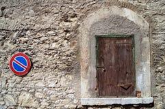 Ask med ett lås och ett vägmärke Arkivfoto