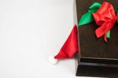 Ask med gåvor och colorfullpilbågar Arkivfoton