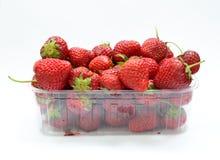 Ask med jordgubbar Arkivbilder