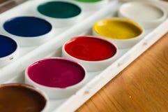 Ask med målarfärger för vattenfärg av olik färg Fotografering för Bildbyråer
