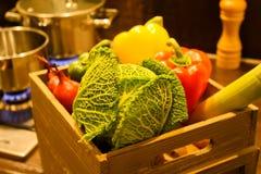 Ask med nya grönsaker som är klara för att laga mat Royaltyfria Foton