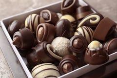 Ask med olika smakliga chokladgodisar royaltyfri bild