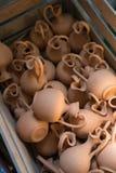 Ask med små bruna lerakrus Fotografering för Bildbyråer