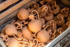 Ask med små bruna lerakrus Royaltyfri Bild