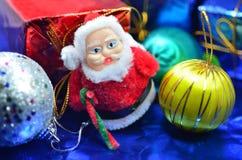 Ask och jul för jultomtendockagåva Royaltyfri Bild