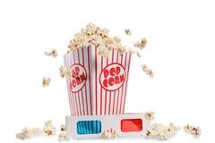 Ask som flödar över med popcorn, och ett par av exponeringsglas 3D Royaltyfri Bild