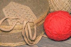 Ask som täckas med tyg, och en boll av rött garn royaltyfri bild