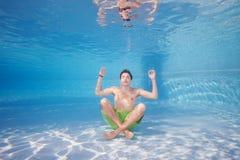 ask som ut mediterar Fotografering för Bildbyråer