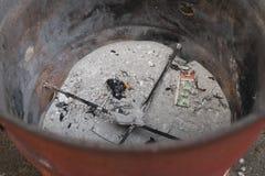Askaen och vilar av josspapper, når de har bränt på den kinesiska festivalen för anden för spökefestivalen arkivbilder