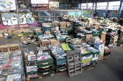 Askar av böcker som väntar för att sorteras på det Bookcycle UK lagret Arkivfoto
