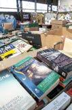 Askar av böcker som väntar för att sorteras på det Bookcycle UK lagret Royaltyfri Bild