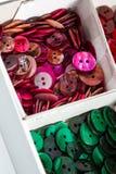 Askar av färgglade knappar Arkivfoto