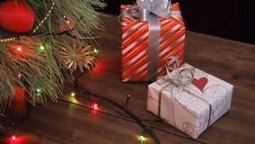 Askar av gåvor är under trädet Gåvor packas i färgrikt papper och binds med rad och band Jul