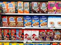 Askar av sädes- till salu på en livsmedelsbutik arkivbilder