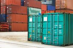 Askar för lastbehållare i skeppsdockaterminal Arkivfoto