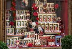 Askar med berömda Salzburg Mozartkugel i en sötsak shoppar i Salzburg, Arkivbild