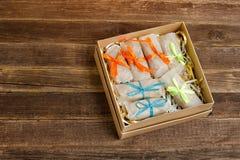 Askar med emballerade sötsaker barten table trä placera text royaltyfri foto