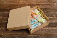 Askar med emballerade sötsaker barten table trä placera text royaltyfri fotografi