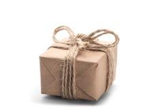 Askar med gåvan som slås in i kraft papper på isolerad bakgrund arkivfoton
