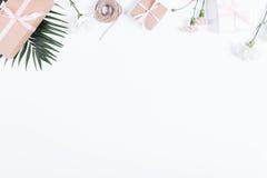 Askar med gåvor, band, repet och blommor på den vita tabellen, överkant Royaltyfria Bilder