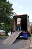 askar som bär den moving lastbilen Royaltyfria Foton