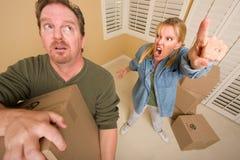 askar som begär mannen som flyttar den belastade frun Fotografering för Bildbyråer