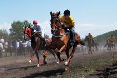 Askarovo-Dorf, Republik von Bashkortostan, Russland, - Juni, 2, 2011 Pferderennen während der Feier von Sabantuy - lizenzfreie stockfotografie