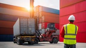 Asken för behållare för ordförandekontrollpäfyllning från lastfraktskeppet för importexport, det logistiska begreppet för affär,  arkivfoton