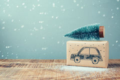 Asken för julferiegåvan med bilteckningen och sörjer trädet på trätabellen Royaltyfri Foto