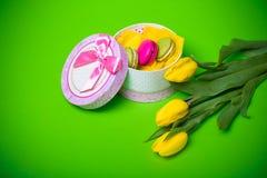 Asken med bakgrund för tulpan för makron för bärvårfärg för valentin fostrar kvinnadagen easter med förälskelse Royaltyfri Bild