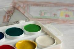 Asken med vattenfärg målar och barns teckning Royaltyfri Bild