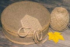 Asken som täckas med torkduken, och en boll av tvinnar royaltyfria foton
