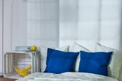 Asket aber stilvolles Schlafzimmer Stockbilder