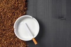 Askfat, cigarett och tobak royaltyfri foto