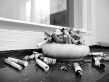 Askfat full av cigaretter royaltyfri foto