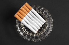 Askfat med cigaretter arkivfoto