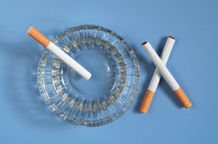 Askfat med cigaretter royaltyfria foton