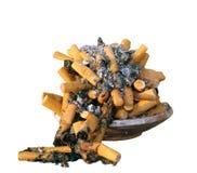 Askfat mycket med cigaretter Arkivfoton