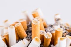 Askfat och cigaretter Arkivfoton