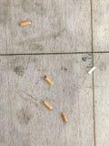askfatet änd cigarettcigaretter full Fotografering för Bildbyråer