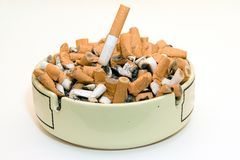 askfatet änd cigaretten Arkivfoton