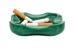 askfatet änd cigaretten isolerad white Arkivbild