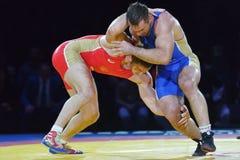 Aslan Abdullin (blaues Unterhemd) gegen Valery Gusarov Stockfotos