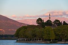 Aslan Pasha meczet na Ioannina lakeshore, Grecja w popołudniowym li Fotografia Stock