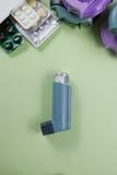 Asma, allergie, conceito do relevo da doença, inalador do salbutamol Imagens de Stock Royalty Free