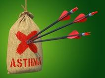 Asma - setas batidas em Mark Target vermelho Foto de Stock Royalty Free